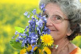 senior holding flowers